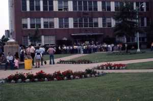 1973 – Students standing outside of the auditorium. By 1977, Cincinnati Technical College enrolled 3,700 (12.5% increase) while other area colleges saw a decrease in enrollment.